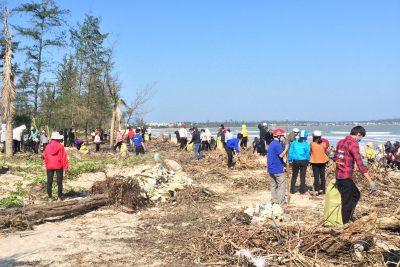 Ra quân vệ sinh môi trường bãi biển Mỹ Khê