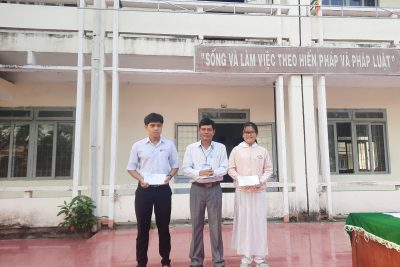 Trao thưởng học sinh đạt giải KHKT và IOE môn tiếng Anh cấp trường