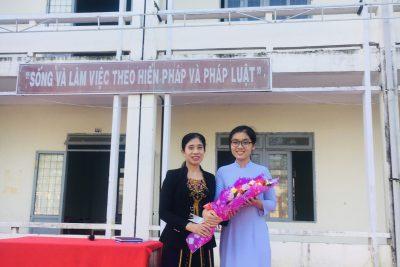 Đoàn trường tặng hoa cô Nguyễn Thị Kim Liên về hưu
